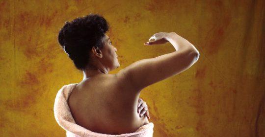 Samobadanie piersi – jak samemu badać piersi?
